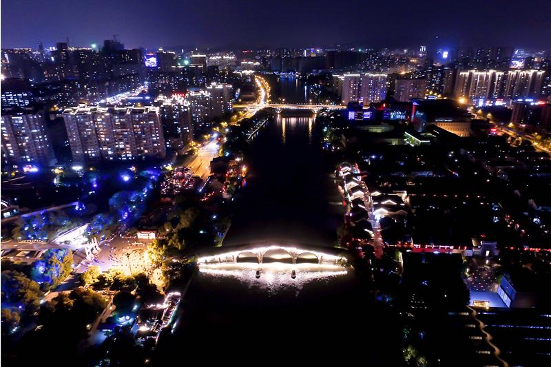 航拍京杭大运河拱宸桥的夜景(5月3日摄)。在京杭大运河最南端所在地拱墅区,聚集了多个由昔日工厂改变而来的文创产业园。新华社记者 黄宗治摄