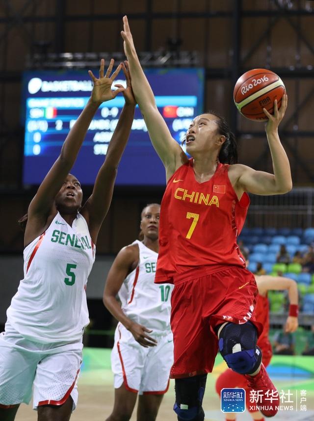 中国队球员邵婷(右)在比赛中上篮。 当日,在2016年里约奥运会女篮小组赛B组比赛中,中国队以101比64战胜塞内加尔队。 新华社记者徐子鉴摄