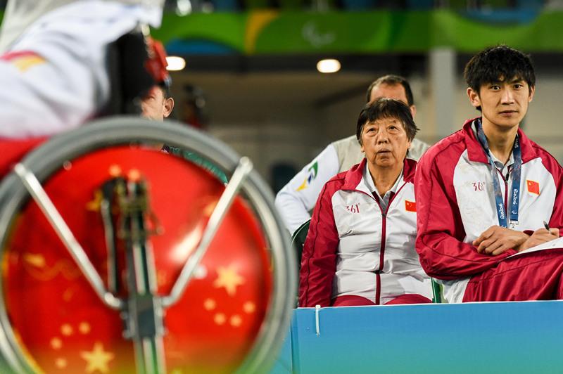 庄杏娣(左)在赛场边观战(摄于9月16日)。新华社记者 王松 摄