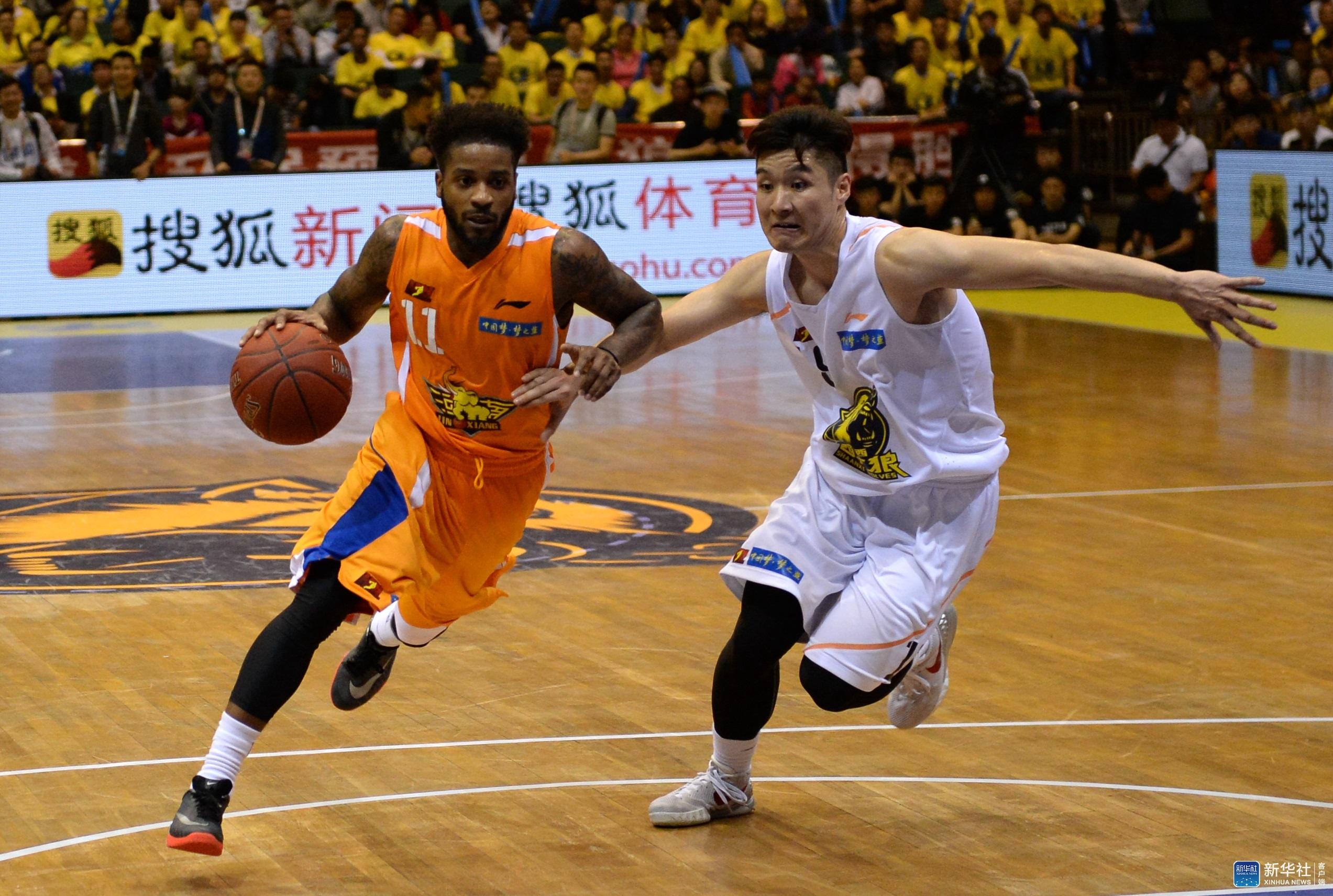 2016年全国男子篮球联赛(NBL)揭幕战在西安城市运动公园体育馆打响,主场作战的陕西信达队以109比105战胜河南赊店老酒队。 新华社记者李一博摄