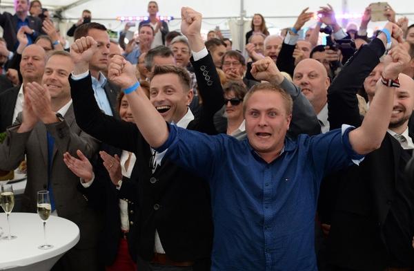 9月4日,德国选择党支持者得知选举结果后反应。(新华/法新)
