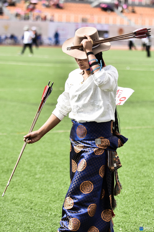 一名参赛选手在比赛中准备上场。 当日,第二届中国·青海国际民族传统射箭精英赛在青海省海南藏族自治州共和县正式开幕。来自世界各地的121支队伍,共计950名运动员报名参加了此次比赛。 新华社记者吴刚摄