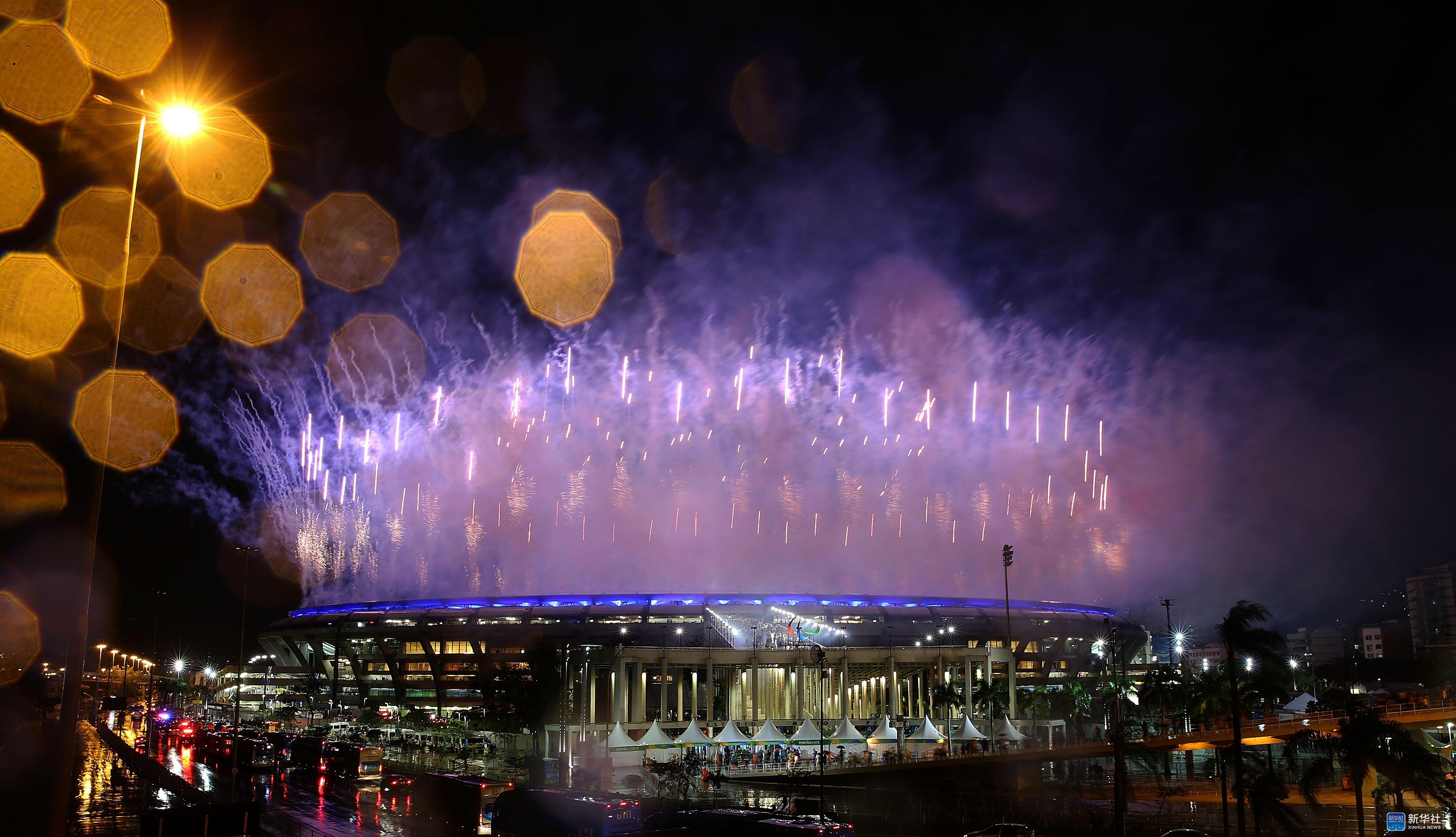 第十五届残奥会开幕 9月7日,第十五届夏季残疾人奥林匹克运动会开幕式在巴西里约热内卢马拉卡纳体育场举行。图为开幕式上的焰火表演。 新华社记者李明摄