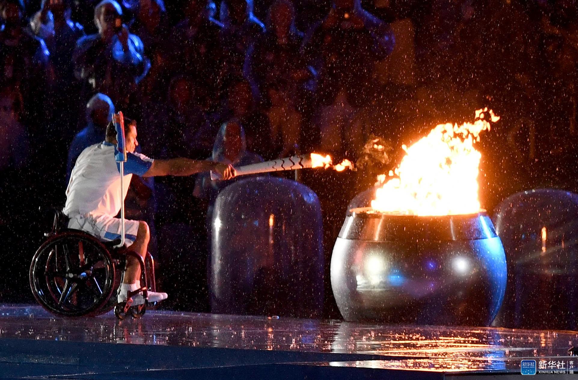 巴西残疾人游泳运动员席尔瓦点燃主火炬。当日,第十五届夏季残疾人奥林匹克运动会开幕式在巴西里约热内卢马拉卡纳体育场举行。 新华社记者李钢摄