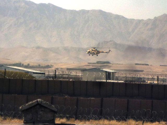 一架直升机从提林库特一座机场起飞。(图片来源:新华/法新)