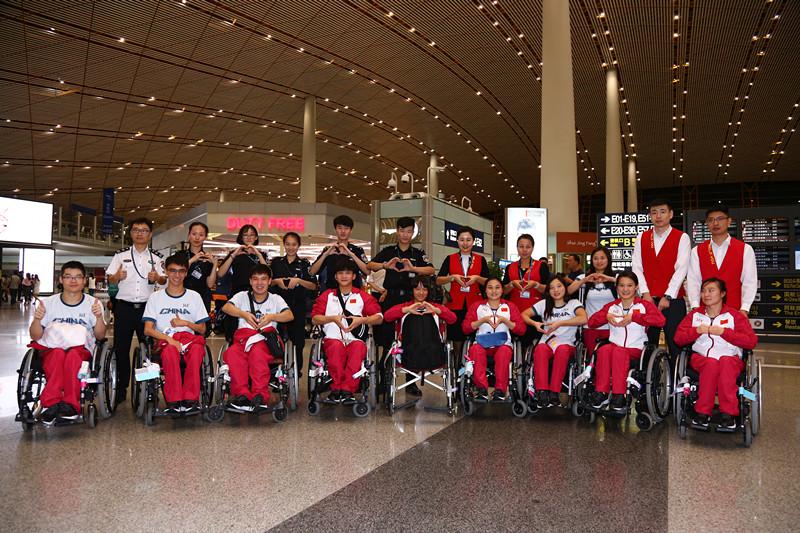 中国残奥代表团抵达机场准备出发