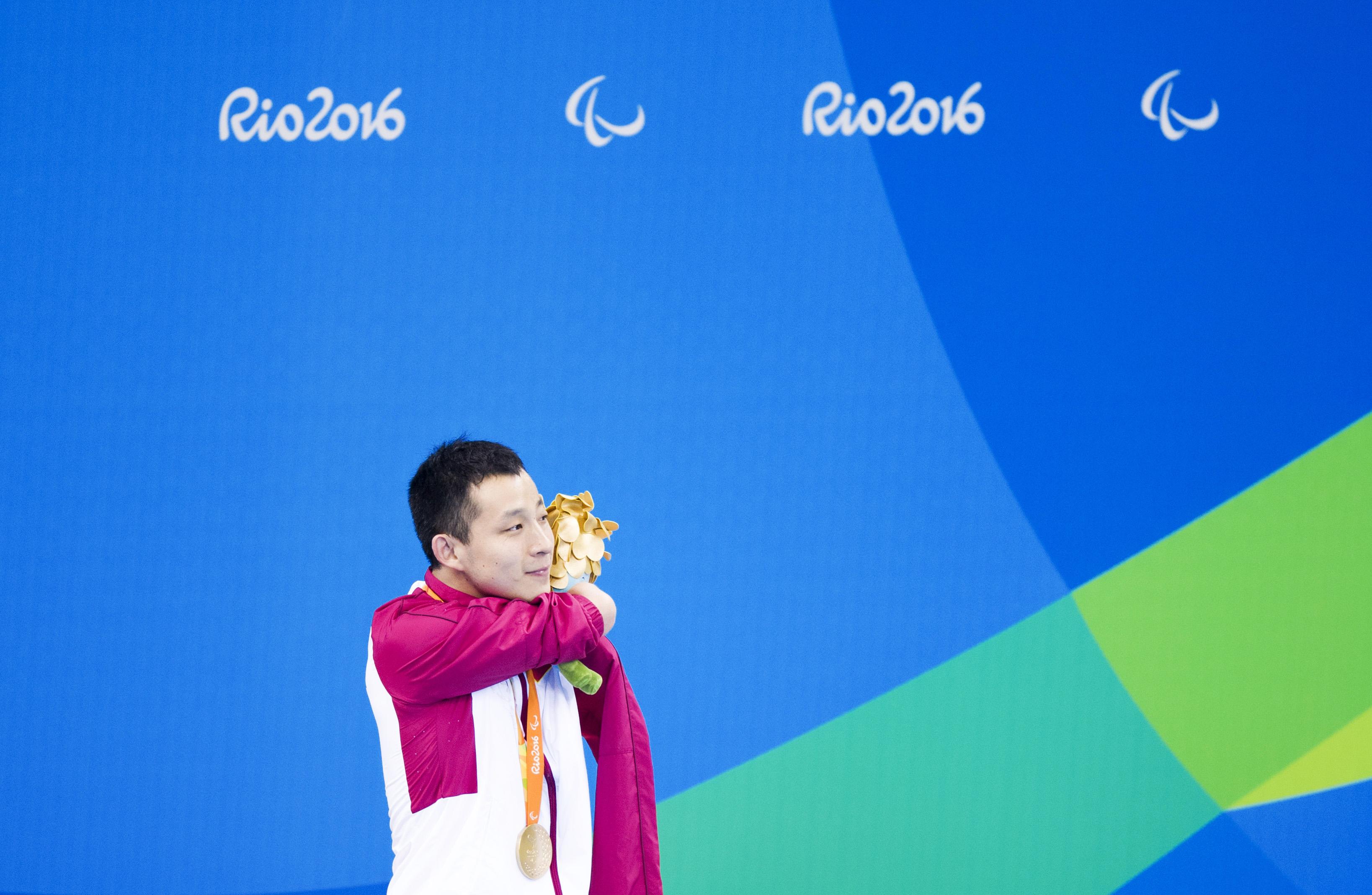 许庆在获得里约残奥会S6级男子50米蝶泳比赛冠军后领奖↑ 新华社记者肖艺九摄