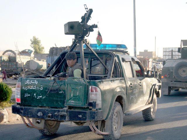 阿富汗安全部队车队在提林库特市巡逻。(图片来源:新华/美联)
