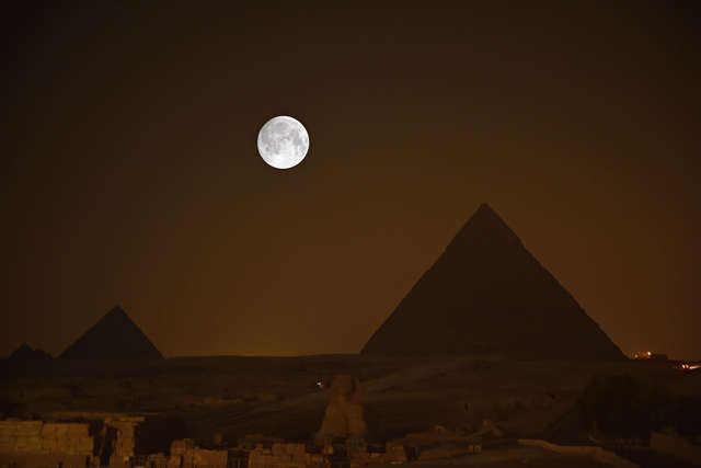 这是9月15日晚在埃及吉萨金字塔拍摄的月亮