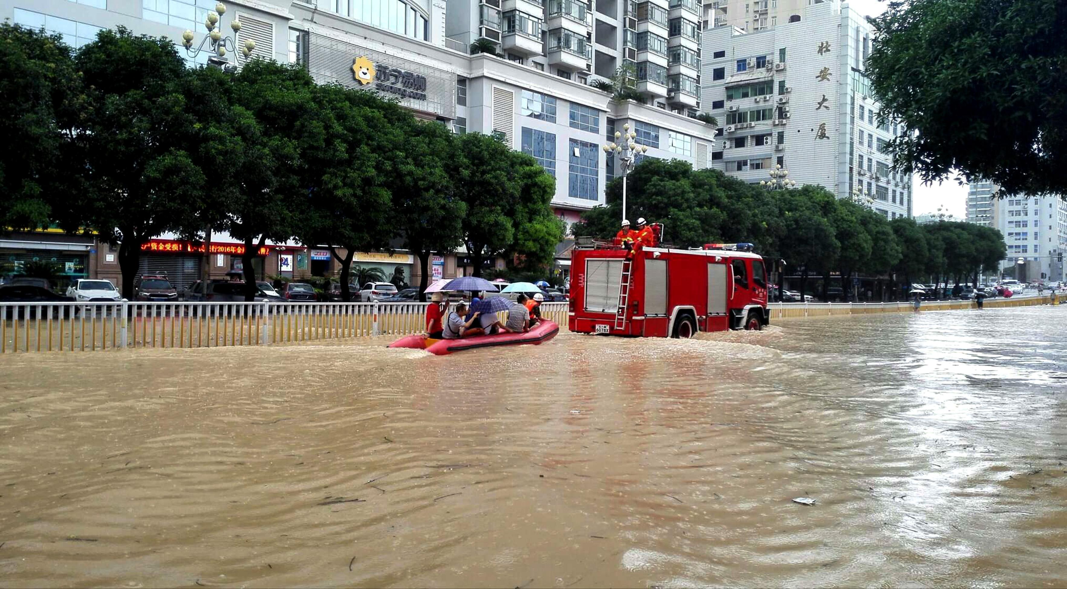 ↑ 9月28日,福建省福州市街区积水严重。 CICPHOTO/吴维康 摄