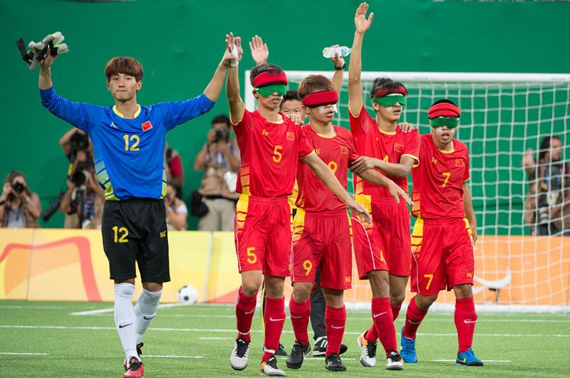 9月15日,中国五人制盲人足球队球员在赛后向观众致意。