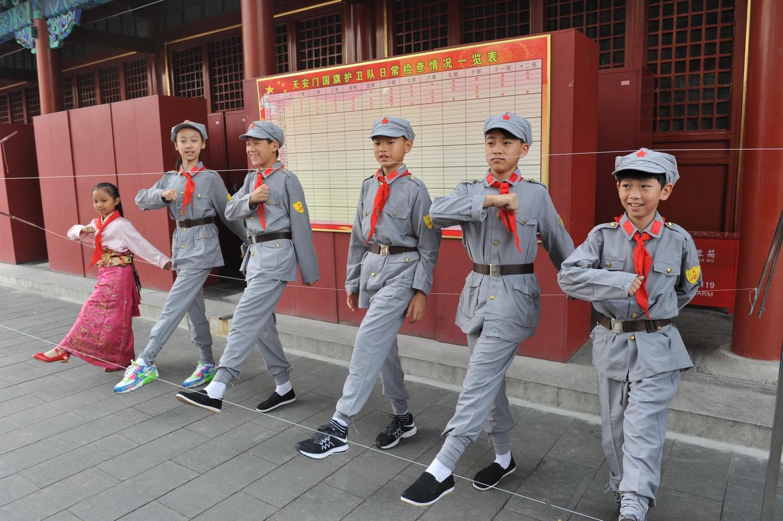 电影《红军小学》小演员走进国旗护卫队