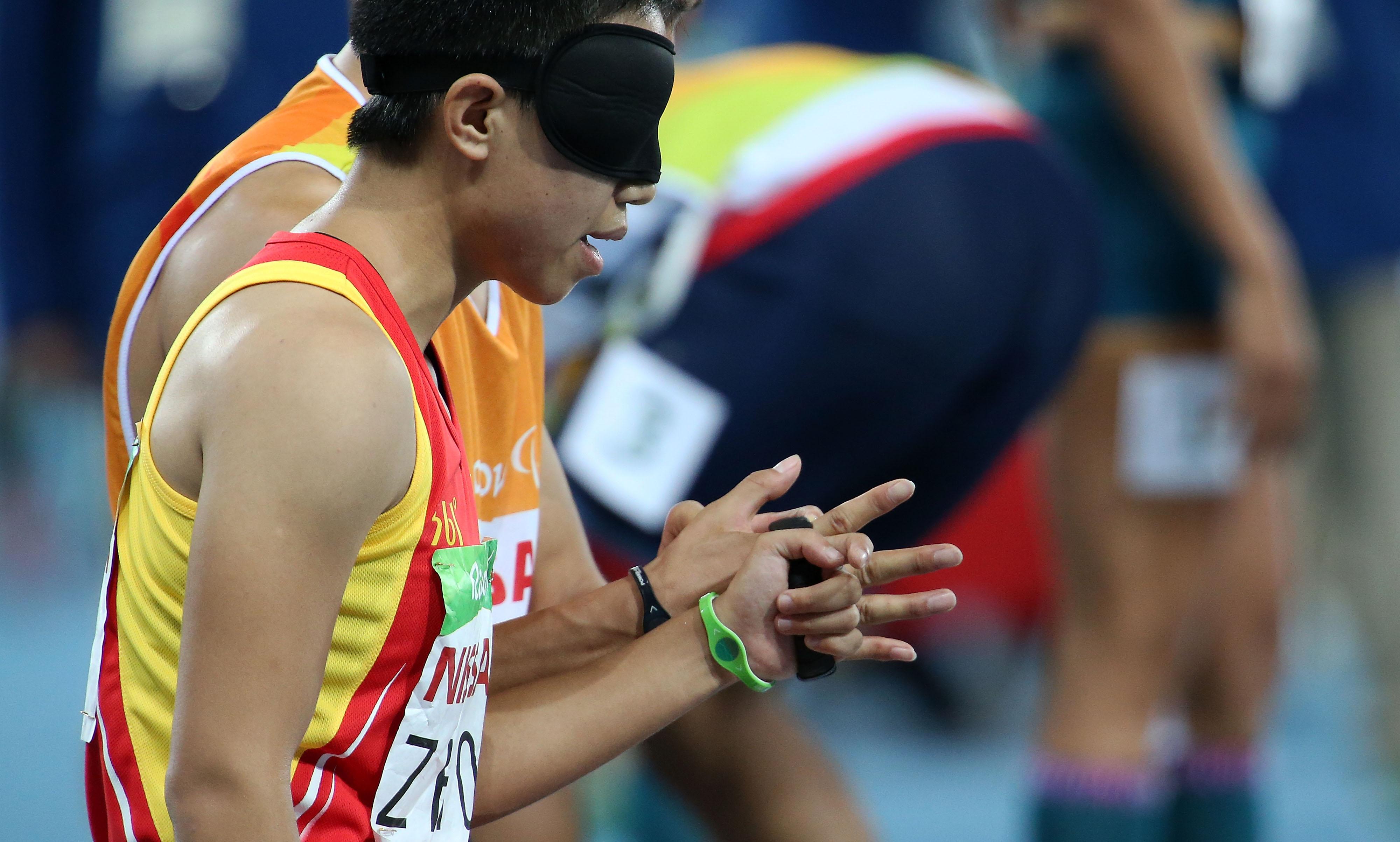 周国华和领跑员贾登璞在比赛前 新华社记者李明摄