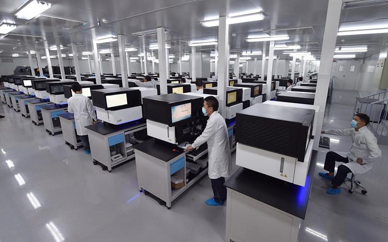 9月6日,工作人员在国家基因库操作基因测序仪。新华社记者 毛思倩 摄