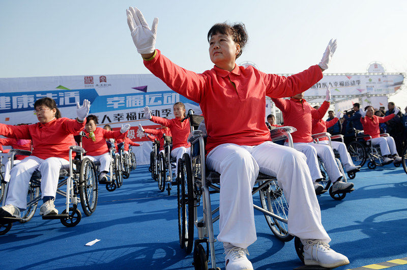 陕西渭南市残联选手在进行24式太极拳表演(2014年12月2日摄)。新华社记者 刘潇 摄