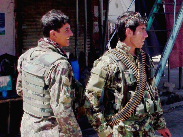 9月8日,提林库特,阿富汗安全部队在街道上警戒。(新华社发)