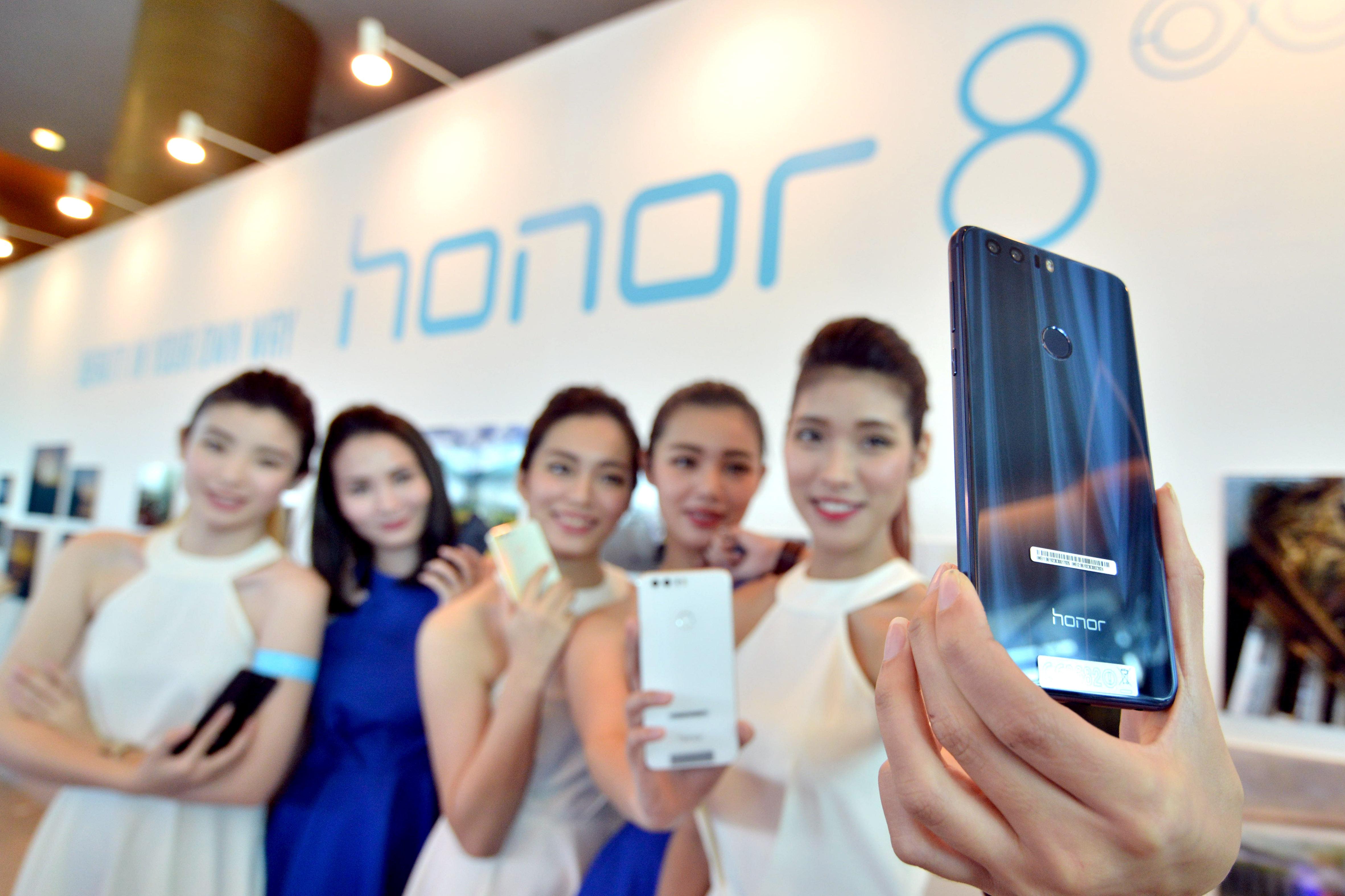 华为智能手机荣耀8在马来西亚发售-新华社发(张纹综摄)
