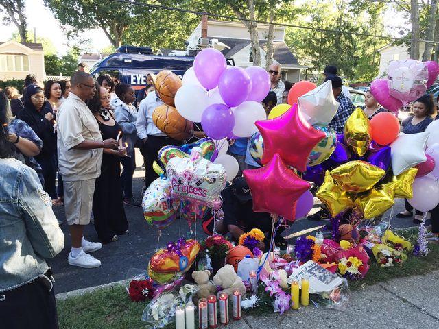 9月15日,社区民众悼念遇害的