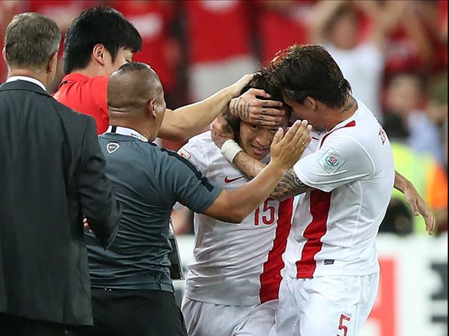 图为去年亚洲杯,吴曦(右二)当时攻入中国队对乌兹别克斯坦队第一粒进球后庆祝。新华社记者曹灿摄