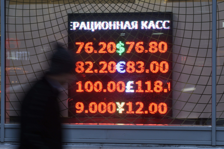 图为1月12日,俄罗斯莫斯科交易所美元对卢布汇率12日开盘上涨到1美元兑换77.04卢布,显示俄货币卢布汇率继续随油价下跌。(新华社记者戴天放摄)