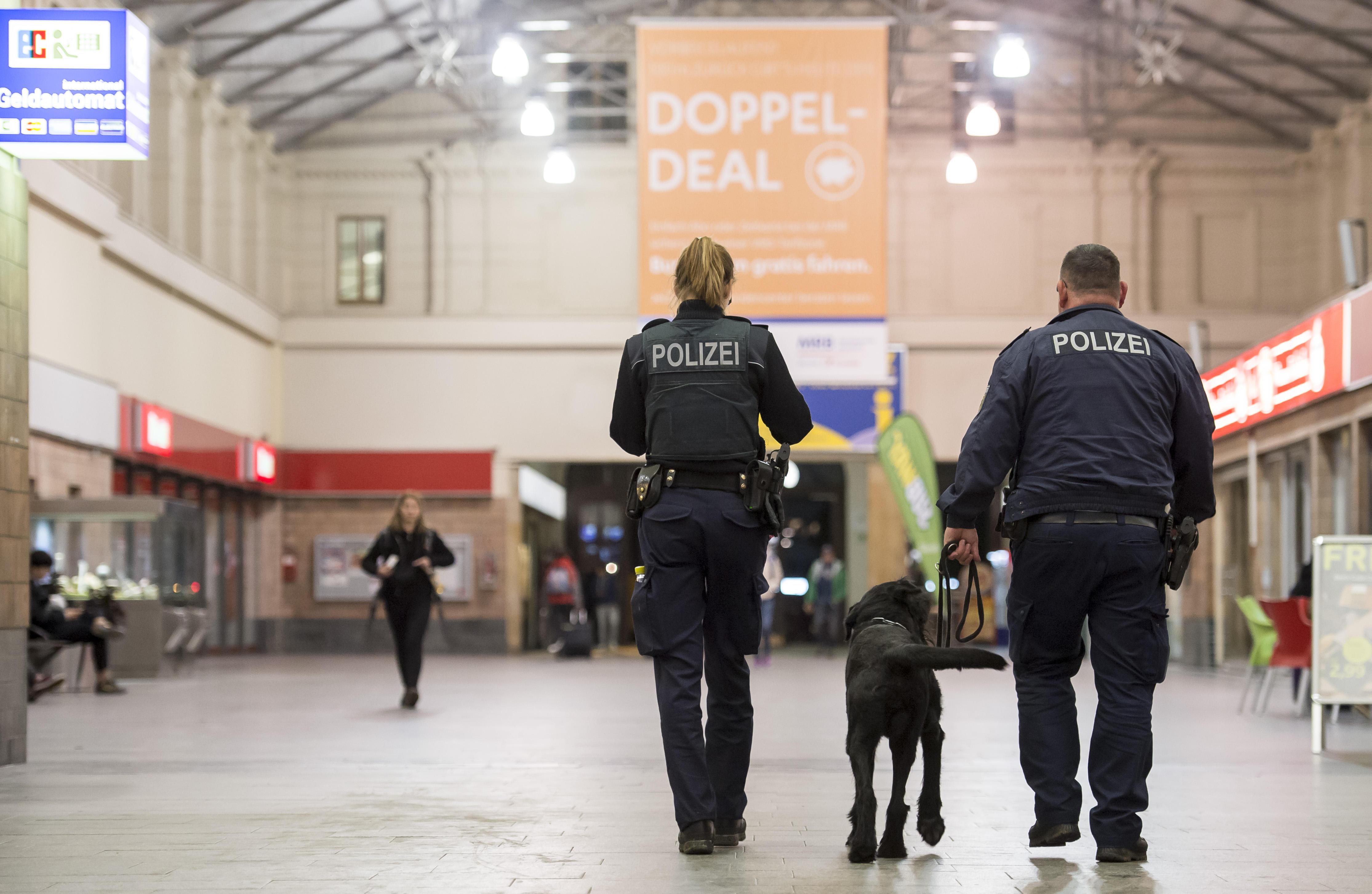 德国警方巡视火车站。(图片来源:新华社/法新)