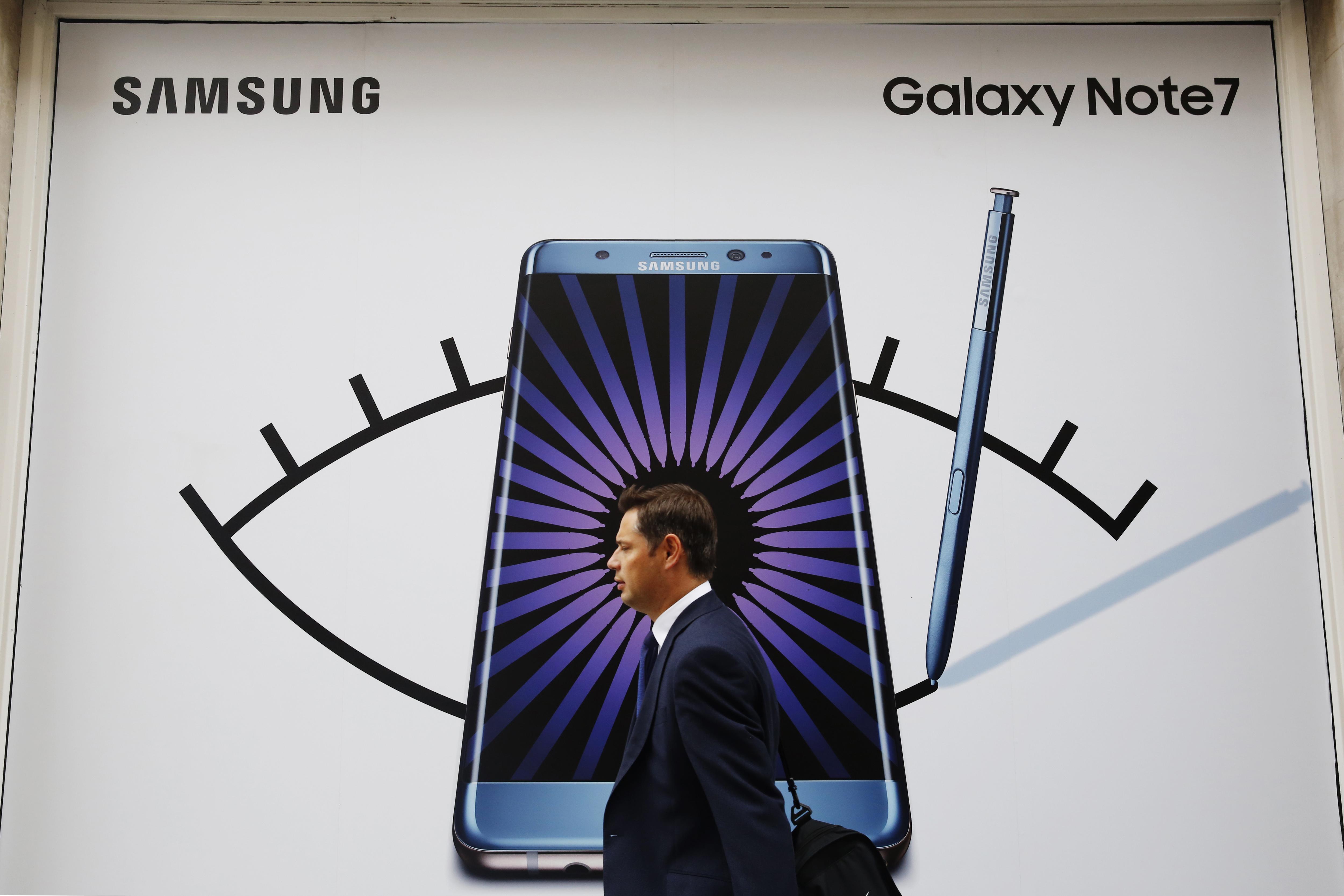 图为在英国伦敦拍摄的三星盖乐世Note7手机广告。(图片来源:新华社/路透)