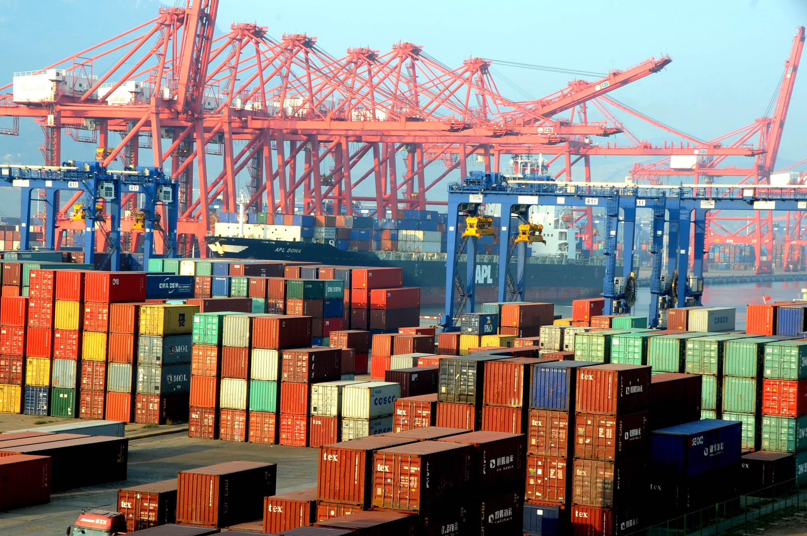 图为江苏连云港港新东方集装箱码头出口外贸堆场堆满了等待装船的出口货物。(图片来源:新华社)