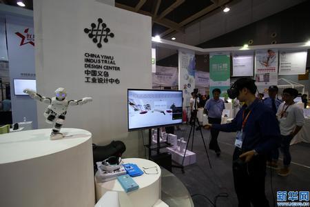 ↑10月21日,在第22届中国义乌国际小商品博览会上,一名男子在工业设计展区体验虚拟现实技术产品。 新华社记者 荣浩 摄