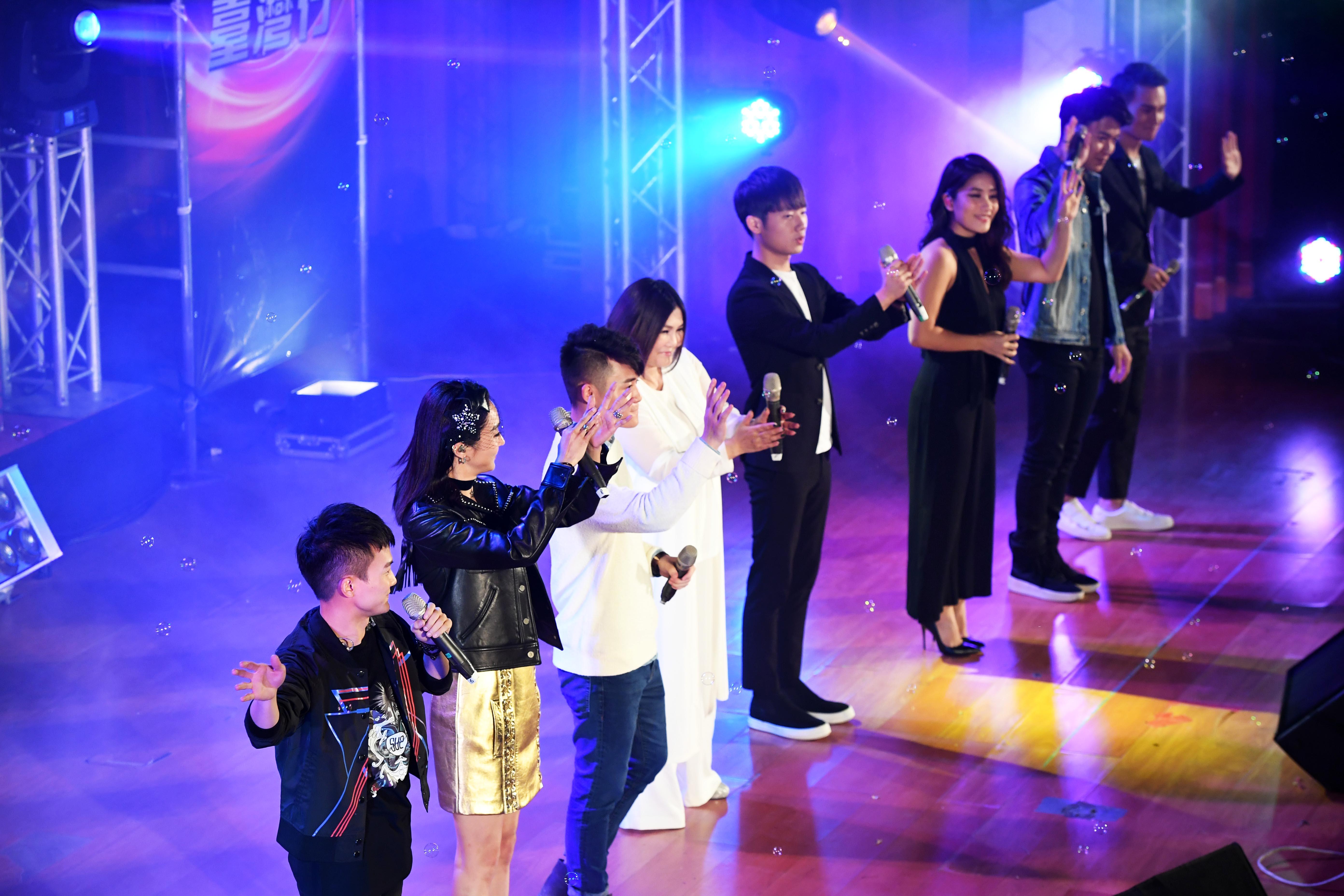 10月30日,两岸歌手在演出现场与观众互动。新华社记者朱祥摄