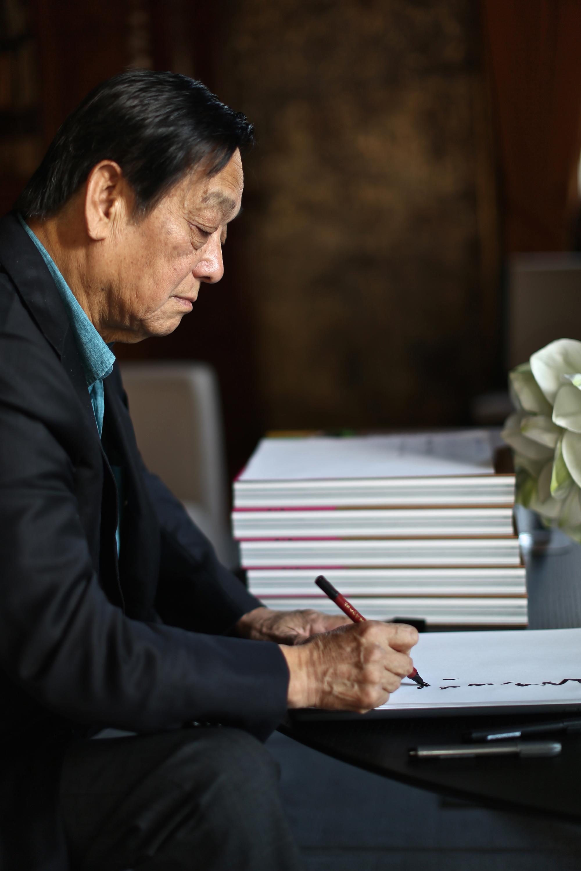 10月28日,韩美林在意大利威尼斯接受新华社记者采访时挥笔题字。(新华社记者金宇摄)