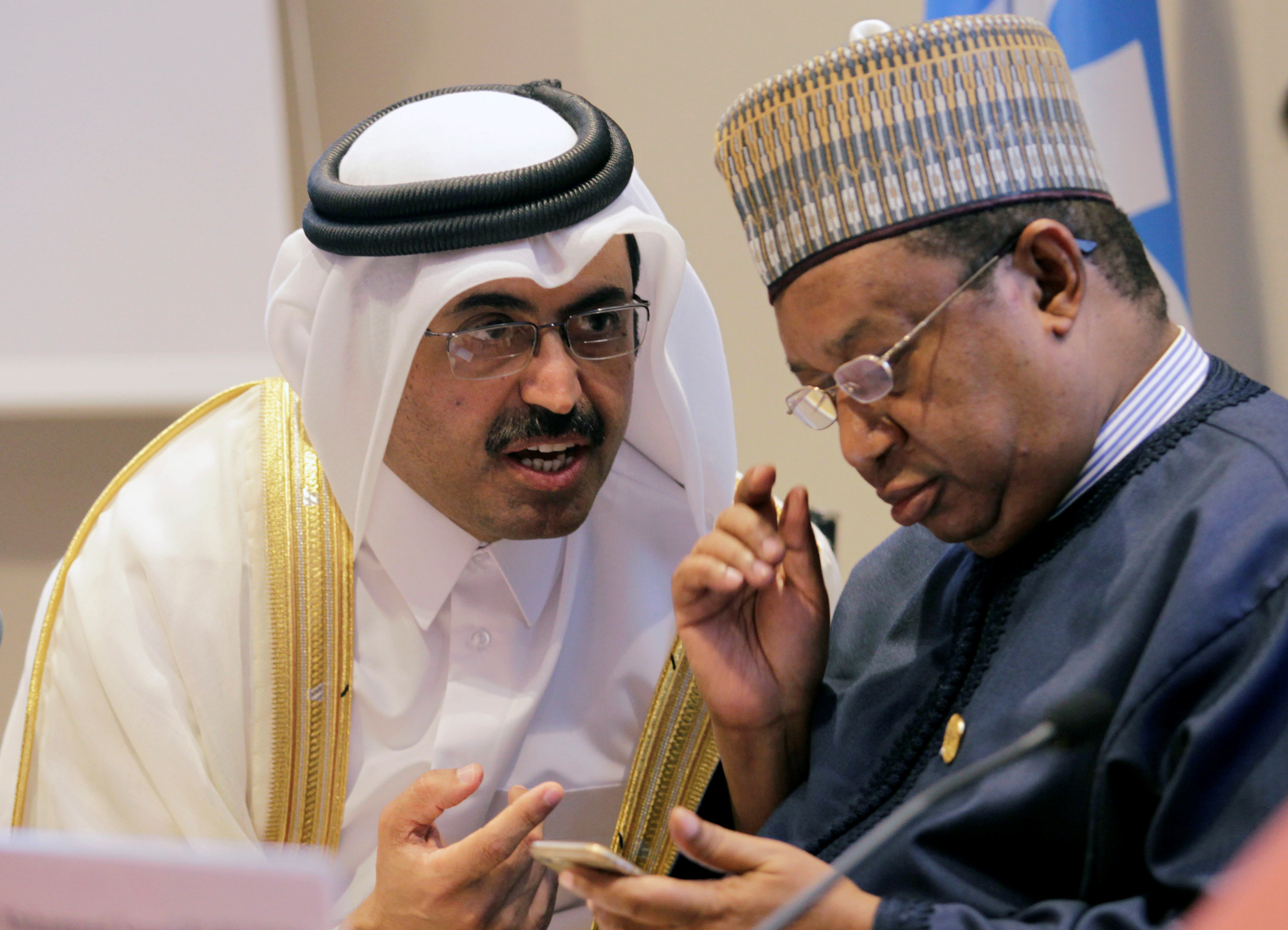 图为9月28日,在阿尔及利亚阿尔及尔,卡塔尔能源和工业大臣萨达(左)与欧佩克秘书长巴尔金多出席新闻发布会。 (新华社/路透)