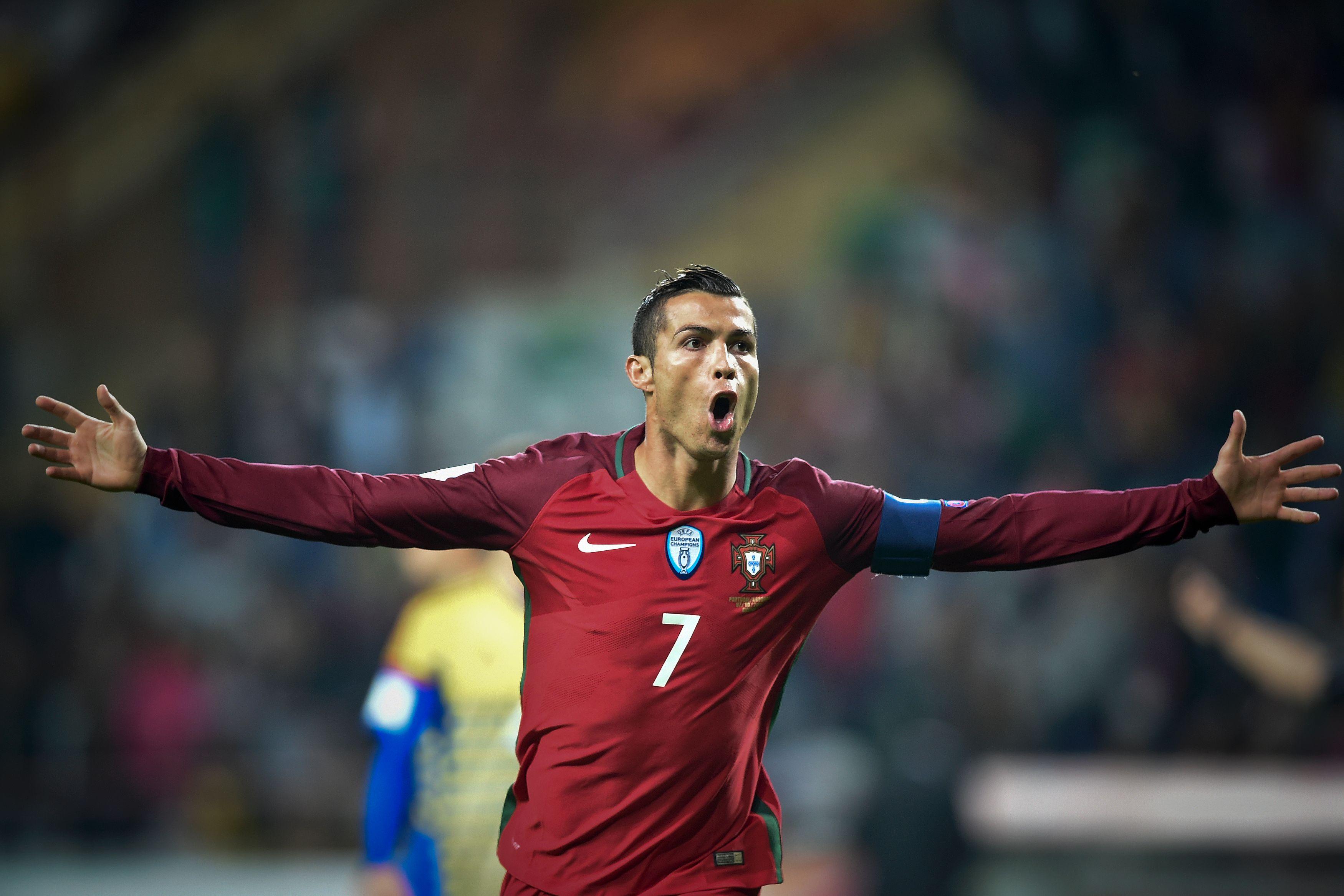 葡萄牙队球员克·罗纳尔多在比赛中庆祝进球