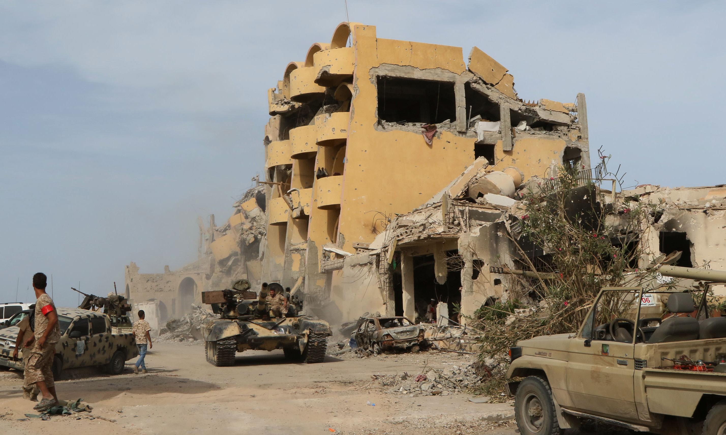 10月14日,在利比亚西部城市苏尔特,利比亚民族团结政府卫队成员参与军事行动。(新华社/法新)
