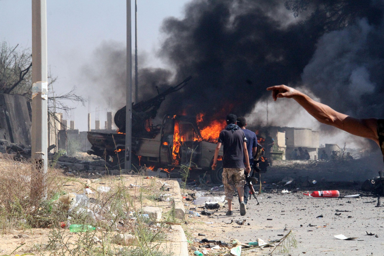 8月16日,在利比亚苏尔特,利比亚民族团结政府卫队成员清理战场。(新华社哈姆扎·图尔基亚摄)