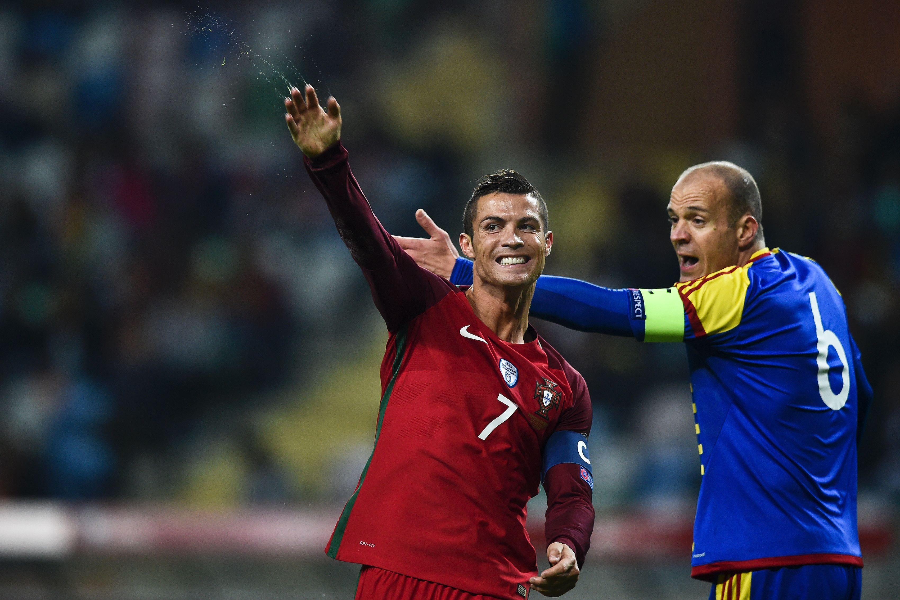 葡萄牙队球员克·罗纳尔多(左)在比赛中