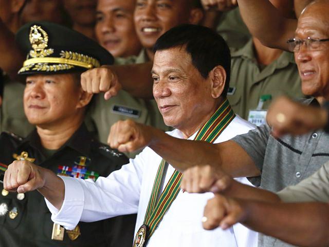 10月4日,菲律宾总统杜特尔(中)特视察陆军司令部。(图片来源:新华/美联)