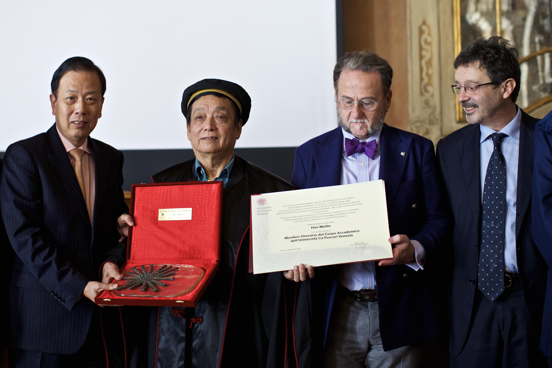 """10月28日,在意大利威尼斯,韩美林接受威尼斯大学授予的""""荣誉教授"""",并与中国驻意大利大使李瑞宇(左一)、威尼斯大学校长贝格里斯(右一)、孔子学院院长马克·切雷萨(右二)合影。 (新华社记者金宇摄)"""