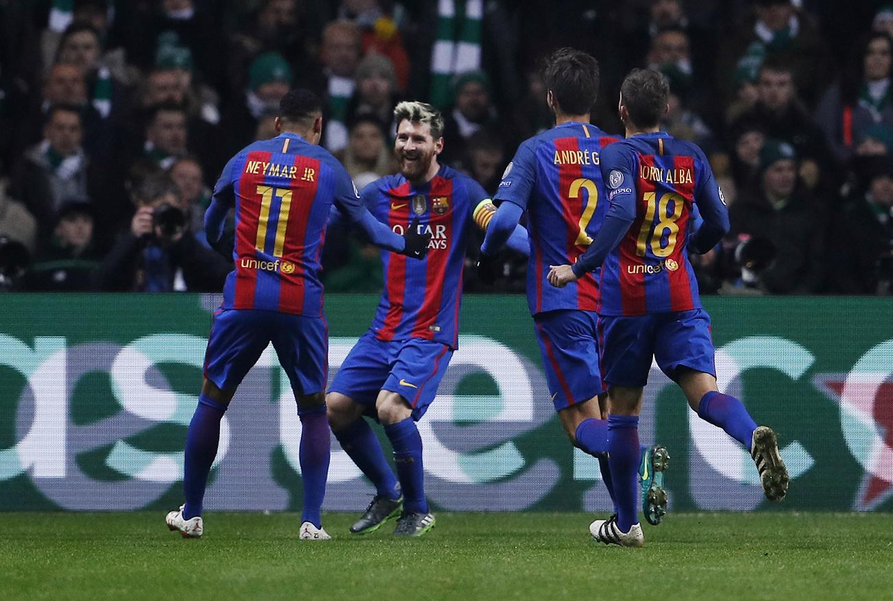 ↑巴塞罗那队球员利·梅西与队友庆祝攻进球队第一球