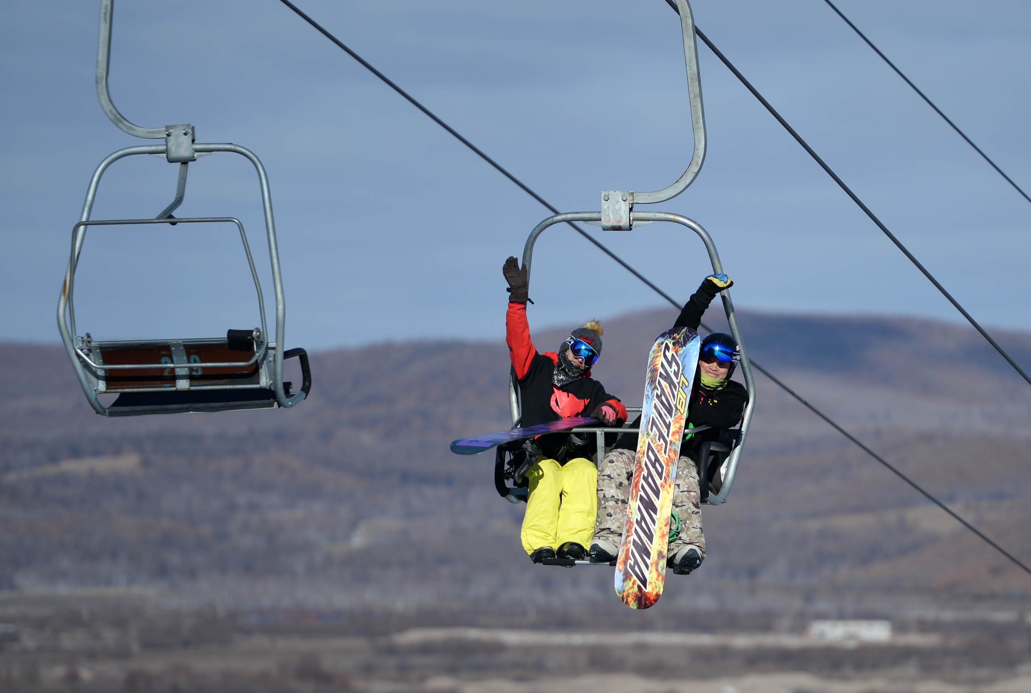 10月30日,滑雪爱好者们在大兴安岭加格达奇映山红滑雪场乘坐缆车准备享受首滑。新华社记者王凯摄