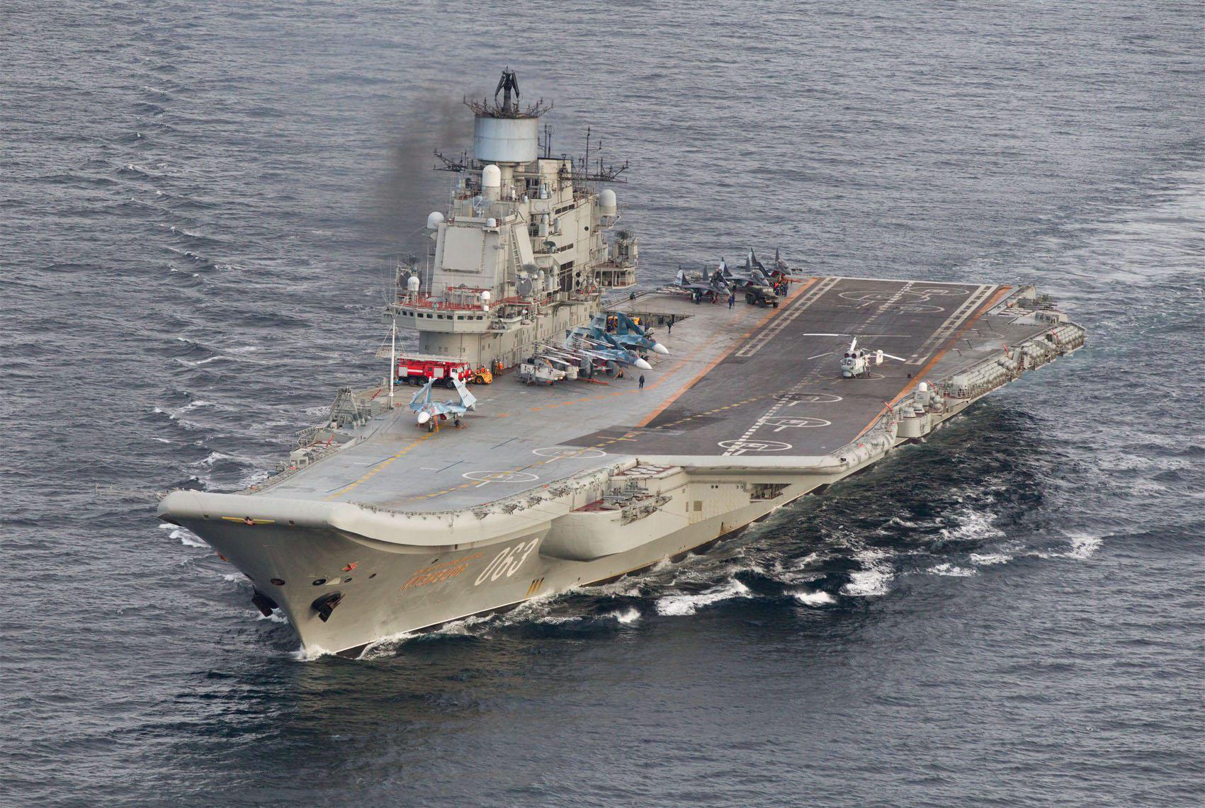 """这张10月17日拍摄的照片显示,俄罗斯""""库兹涅佐夫""""号航空母舰行驶在挪威北部公海海域。(新华社/路透)"""