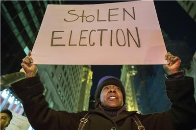 11月13日,一名女子在美国纽约参加游行,抗议特朗普当选总统。(新华社记者李木子摄)