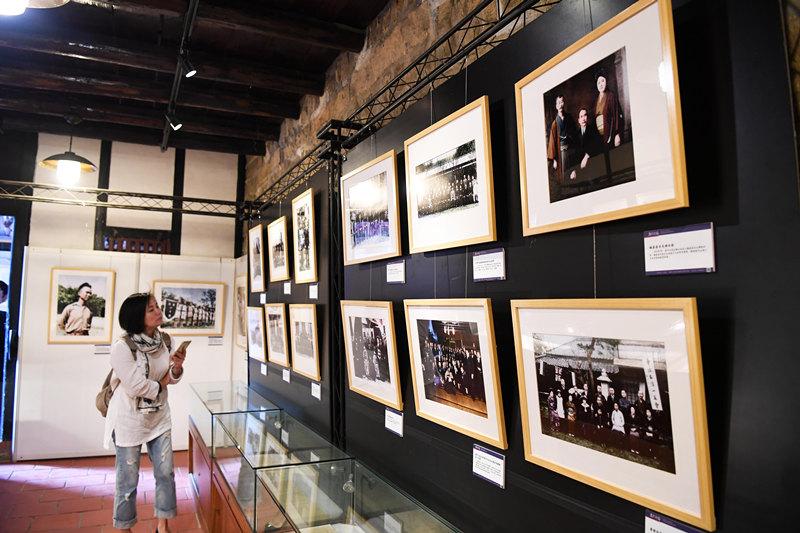 11月11日,一位观众在纪念孙中山诞辰150周年历史影像特展上参观。新华社记者 朱祥 摄