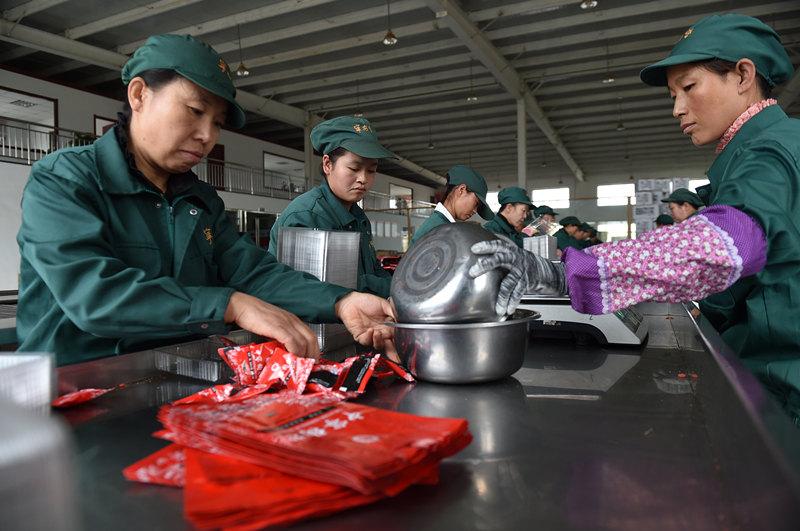 """10月28日,在宁夏中宁县宁安堡公司的加工车间,工人为满足""""双十一""""带来的大量订单正加班加点包装枸杞产品。新华社记者 李然 摄"""