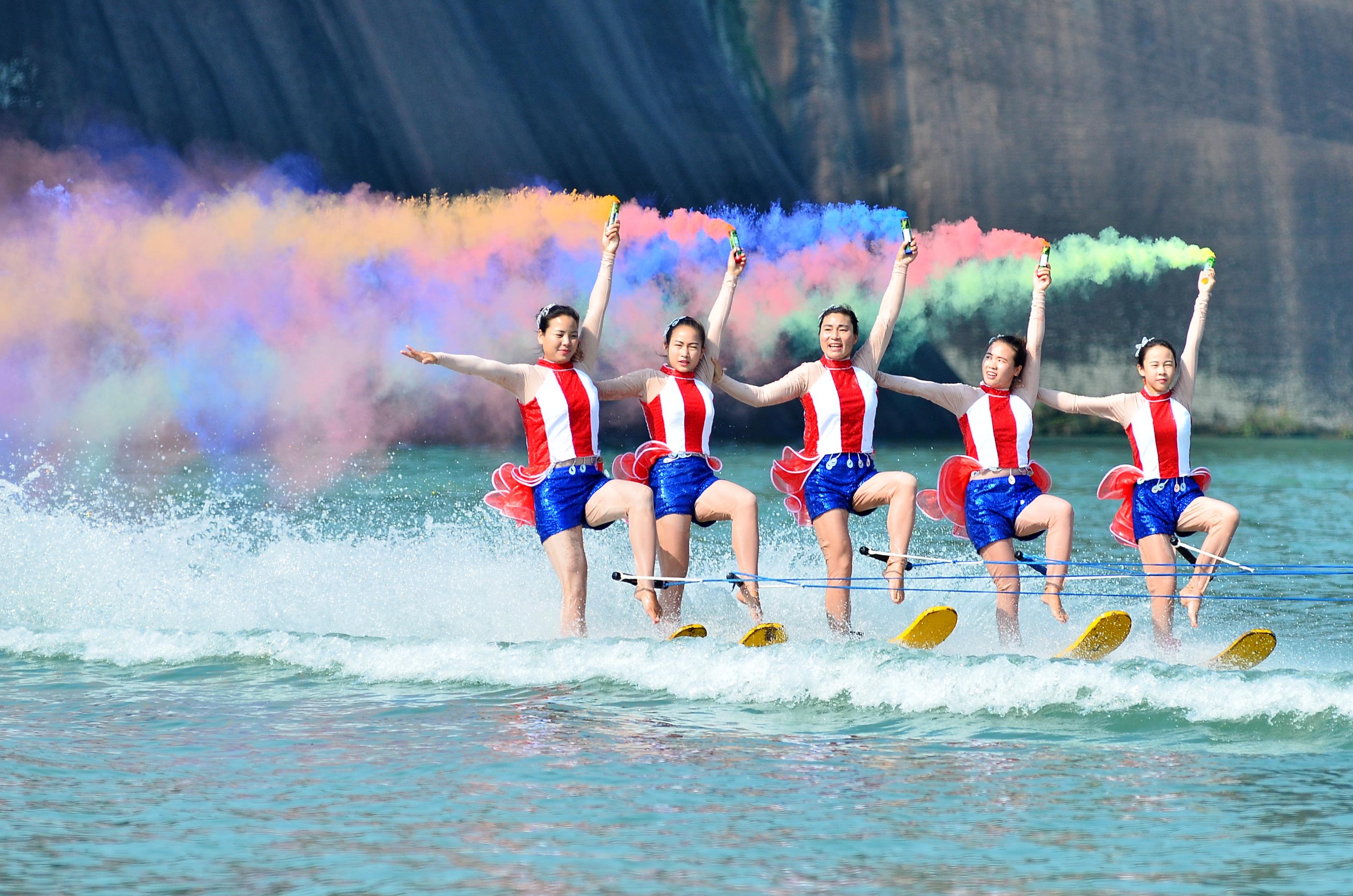 ↑特技演员在湖南省郴州市飞天山景区的水面上表演水上特技(11月6日摄)。CICPHOTO/贺茂峰 摄