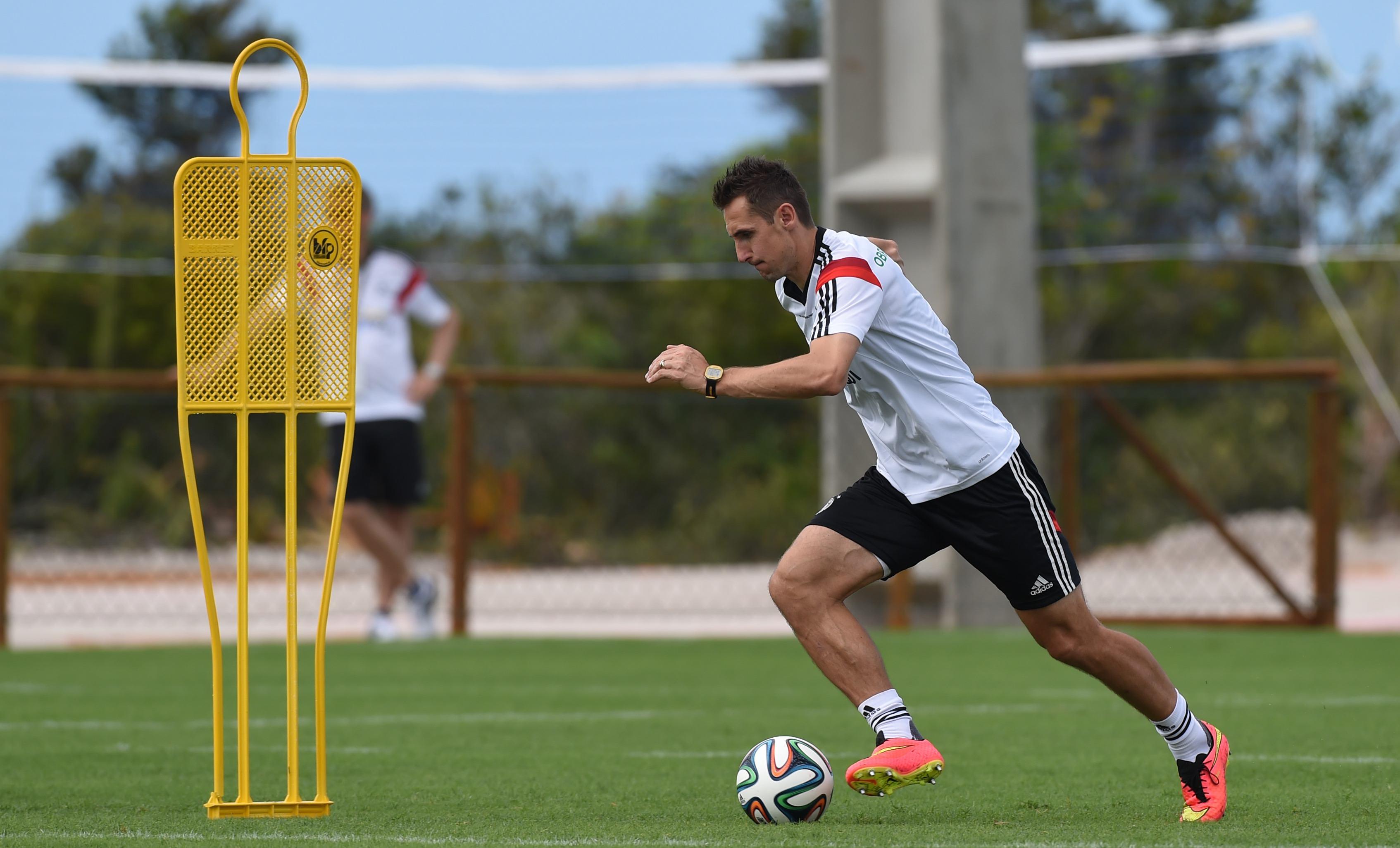 ↑德国队员克洛泽在训练中