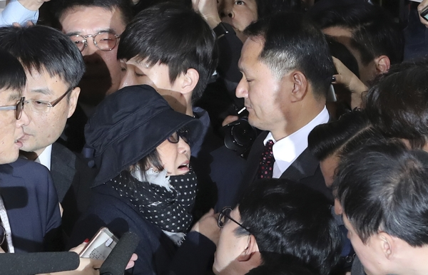 10月31日,崔顺实抵达首尔中央地方检察厅接受调查。(新华/美联)