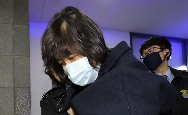 11月1日,崔顺实到达首尔中央地方检察厅,继续接受问询。(新华/美联)