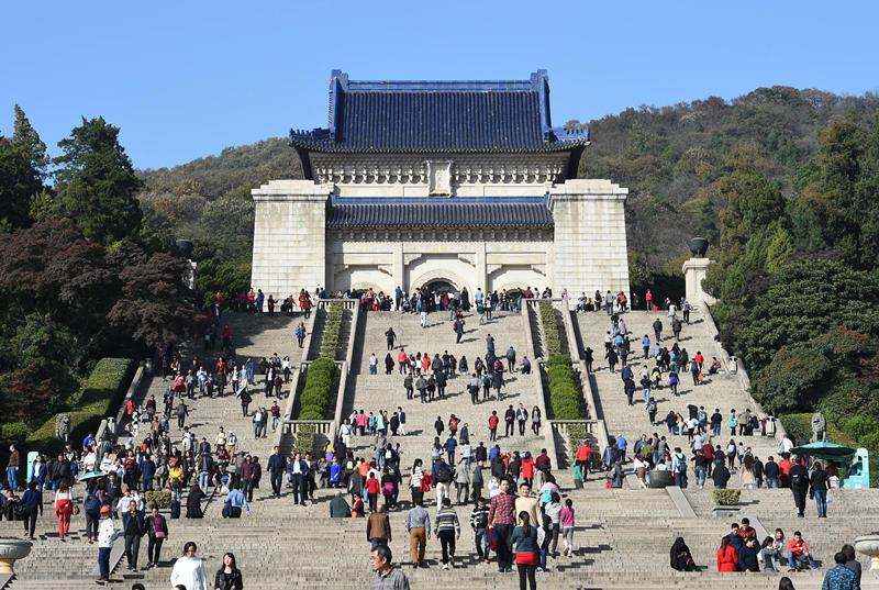 11月11日,游人在南京中山陵参观。新华社记者 孙参 摄