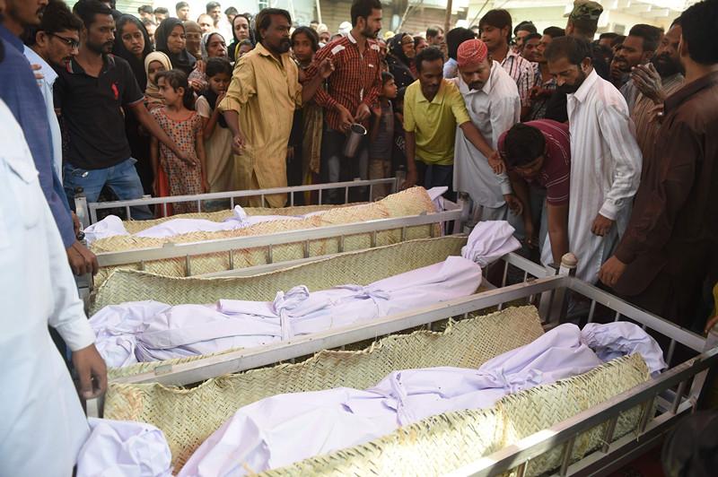 11月13日,在巴基斯坦卡拉奇,人们在爆炸遇难者遗体前哀悼。(新华社/法新)