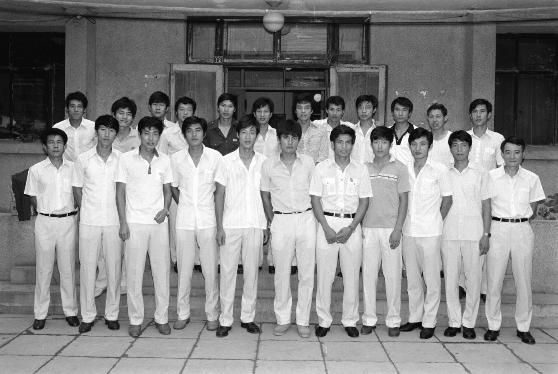 ↑1983年5月,当时新组建的中国国家足球队拍摄的全家福,前排左一为时任中国队主教练曾雪麟